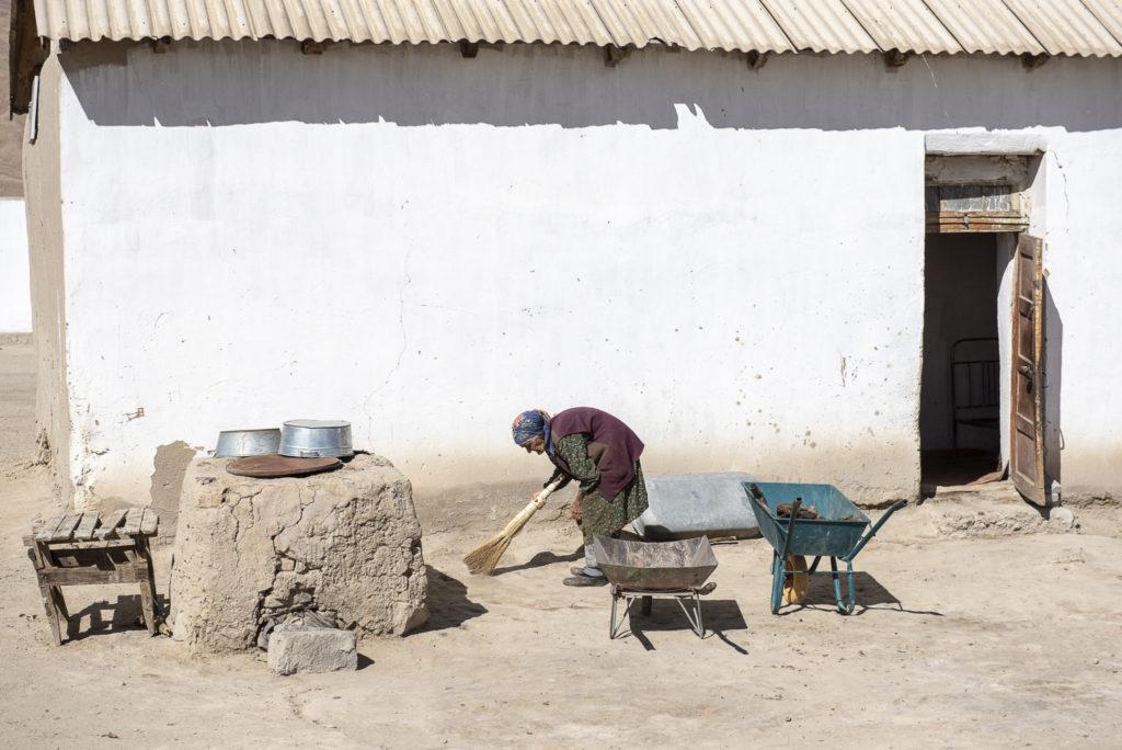 Cleaning around the house – Tadjikistan